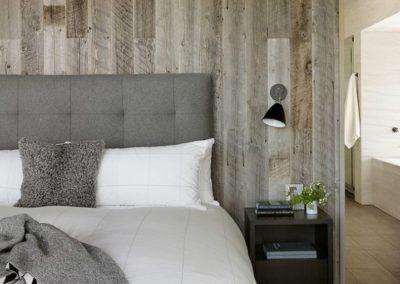 Drewno w sypialni - ciekawa, nowoczesna inspiracja.