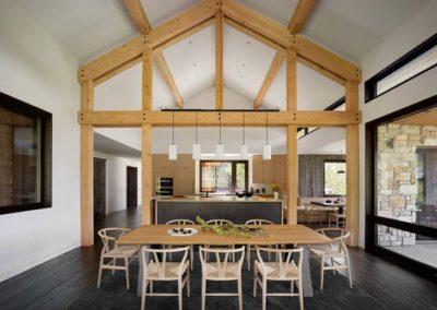 Salon z naturalnym drewnem - inspiracja.