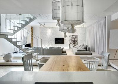 Inspiracja wykorzystująca drewniany stół w urządzonej na biało jadalni.