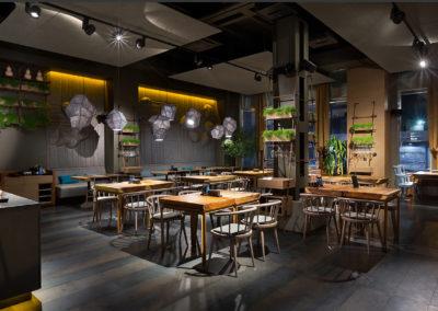 Stoły z litego drewna w stylowej, nowoczesnej restauracji - inspiracja.