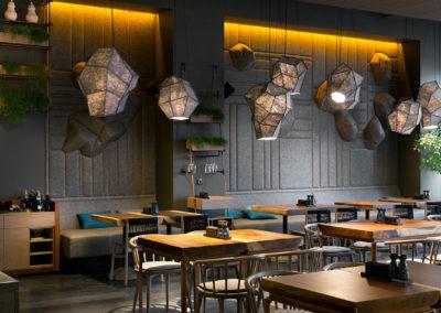 Inspiracja - aranżacja wnętrza restauracji z drewnianymi stołami.