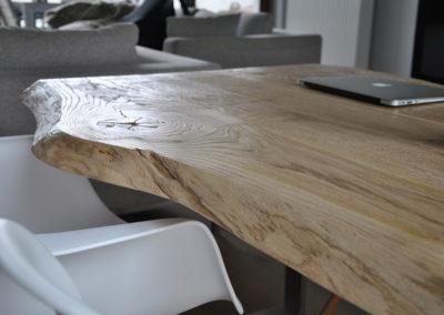 Stół z naturalnego drewna litego - zbliżenie na fakturę blatu.