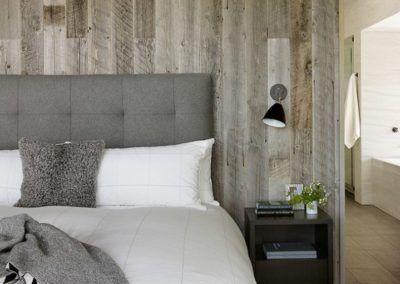 Przykład wykorzystania elementów z drewna w sypialni - ciekawy sposób na uzyskanie nowoczesnego, eleganckiego efektu.