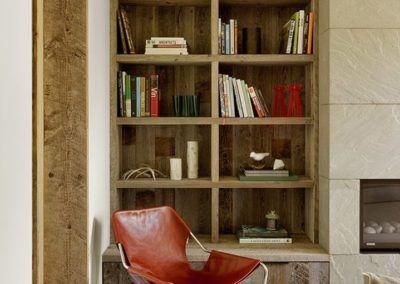 Drewniana zabudowa wnęki w salonie - pomysł na funkcjonalną i niebanalną aranżację domowej przestrzeni.