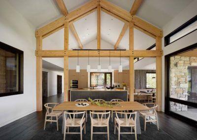 Inspiracja aranżacji domowej przestrzeni z wykorzystaniem stołu z litego drewna i drewnianych elementów pomiędzy kuchnią a jadalnią.