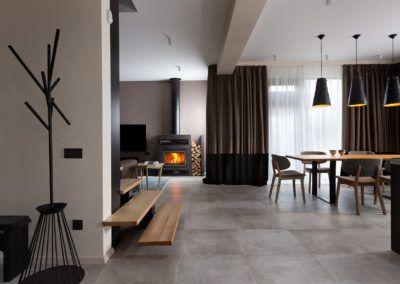 Przykładowa aranżacja jadalni z drewnianym stołem i dodatkami w neutralnych kolorach.