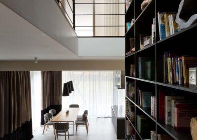 Widok z góry - stół w jadalni widoczny z drewnianych schodów prowadzących na piętro.