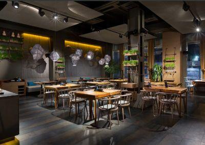 Ciekawy pomysł na urządzenie wnętrza restauracji - solidne stoły dębowe wykonane na zamówienie.