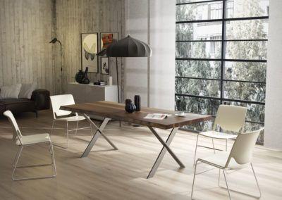 Stół z drewna orzechowego - element wyposażenia nowoczesnej jadalni.