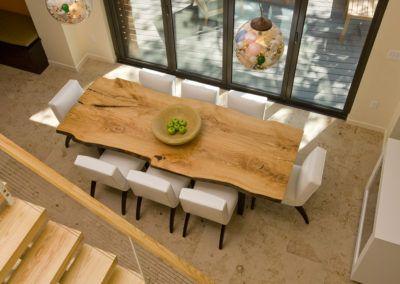 Oryginalny, nowoczesny stół drewniany do jadalni - widok z góry.