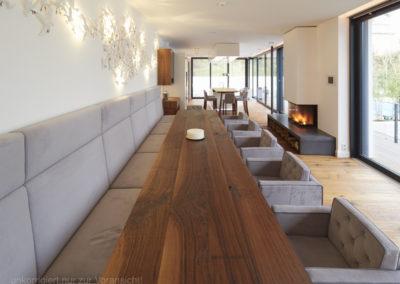 Długi stół z drewna litego - stylowy, nowoczesny stół konferencyjny.