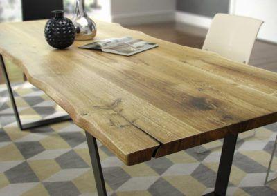Piękny dębowy stół z nieregularnymi krawędziami blatu
