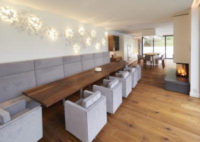 Stół drewniany wykonany na zamówienie - solidny mebel, przy którym bez problemu zmieści się wiele osób.