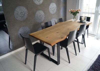 Inpiracje do jadalni - drewniany stół, czarne wnętrze