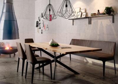 Elegancki i solidny stół drewniany o prostokątnym kształcie - idealny mebel do jadalni
