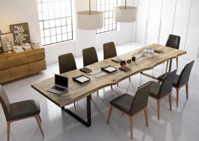 Klasyka i nowoczesność - Salka konferencyjna z drewnianym stołem