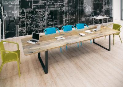 Stół konferencyjny Fold w aranżacji z kolorowymi krzesłami
