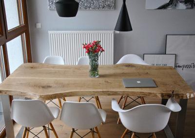 Stół z drewna w klasycznym stylu.