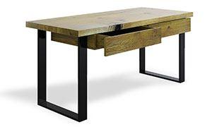 Biurko z solidnego drewna. kształt blatu naturalnego drewna