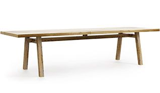 Silna forma i funkcjonalność stołu z drewna